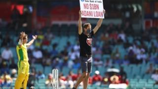 Australia vs India, 1st ODI: सिडनी वनडे के दौरान मैदान में घुसे दो प्रदर्शनकारी