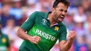 पाकिस्तानी बॉलर वहाब रियाज ने बॉल पर लगाई लार, अंपायर ने दी चेतावनी
