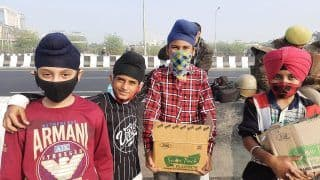 Bharat Bandh: Four Sikh Boys Offer Water, Snacks to Protesting Farmers & Cops at Ghazipur, Win Hearts