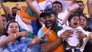 IND vs AUS: रोते हुए बच्चे को पापा दिखा रहे थे भारत-ऑस्ट्रेलिया का मैच, वायरल हुआ VIDEO