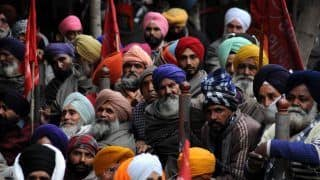 Noticed Colourful 'Pagris' at Farmers' Protest? This Punjab Man Has Been Tying Turbans on Farmers For Free!