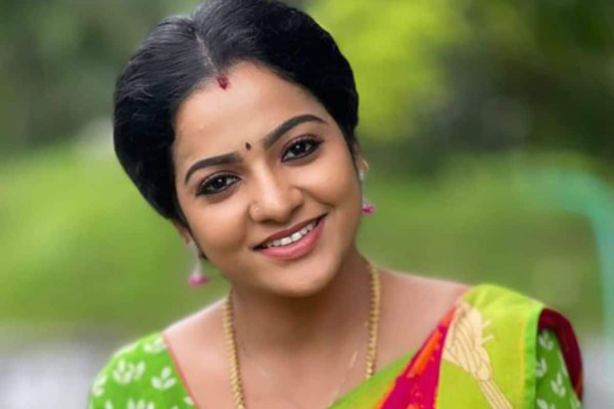 Tamil TV Actor VJ Chitra Found Hanging in a Hotel Room, Police Suspects  Suicide | India.com