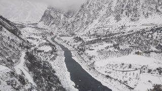 Himachal Pradesh: Over 1,000 Tourist Vehicles Stranded Due to Heavy Snowfall in Manali
