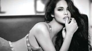 ईशा गुप्ता ने सोफे पर लेटकर दिए हॉट पोज़, अधखुले होंठ और मदहोश नज़रें ले लेती हैं जान