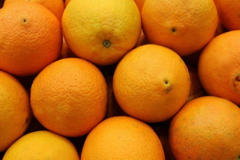 4 Chinese Men Eat 30 Kg Oranges in Half An Hour to Avoid Paying Extra Baggage Fee