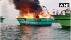 Viral Photos: जब आग का गोला बनकर समुद्र में तैरती रही नाव, Photos देख उड़ जाएंगे होश
