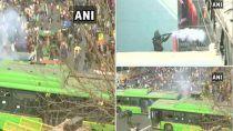 PHOTOES: दिल्ली में Tractor Rally कर रहे किसानों का हंगामा, आंसू गैस के गोले, लाठी डंडे,चले