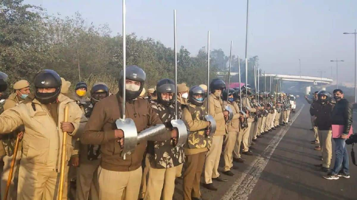 After Facing Swords in Farmers' Protest, Delhi Police Gets Iron Lathis, Arm Guards & Helmets For