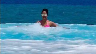 Bipasha Basu hot Pics: बिपाशा बासु ने पानी में की अठखेलियां, लोग बोले- नहाते वक्त चश्मा कौन लगाता है