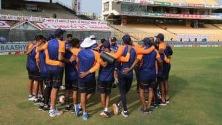 IND vs ENG, 1st Test: India Captain Virat Kohli And Head Coach Ravi Shastri Give Pep Talk Ahead of Challenging Day 5   Watch Video
