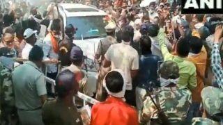 Video: Maharashtra के मंत्री का काफिला मंदिर पहुंचते ही जुटी भीड़, पुलिस ने किया लाठी चार्ज