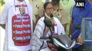 VIDEO: सड़क पर दौड़ी West Bengal CM ममता की स्कूटी, गले में पहना महंगाई का पोस्टर, केंद्र पर मारा ताना