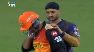 Harbhajan Singh's Heartwarming Gesture Towards Mohammad Nabi During SRH vs KKR IPL 2021 Game is Spirit of Cricket | WATCH VIDEO