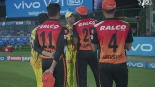 MS Dhoni Passing Tips to Young SRH Cricketers After Chennai Beat Hyderabad in IPL 2021 in Delhi is Going Viral | SEE PIC