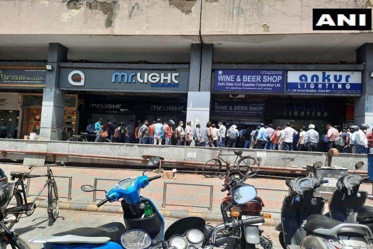 Delhi Lockdown: जैसे हुआ लॉकडाउन का ऐलान, भीड़ दौड़ पड़ी शराब की दुकान, दलील ऐसी कि....