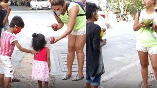 Rakhi Sawant Distributes Fruits to Needy Kids, Urges Them to Not Beg in Funny Viral Video: 'Maa Ko Bol Jyada Bacha Paida Na Karein'