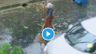 Woman BMC Worker Sweeps Roads Amid Heavy Mumbai Rain, Twitter Salutes Her Dedication   Watch