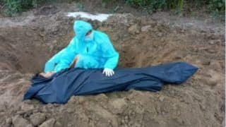 Daughter Buried Mother's Body: कोरोना ने पिता को छीना, चार दिन बाद मां की मौत, गरीब बेटी ने PPE किट पहन अकेले मां को दफनाया, देखें दिल चीर देने वाली तस्वीर