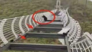 China Glass Bridge Viral: लड़का पार कर रहा था ग्लास ब्रिज, तभी शुरू हुई तेज आंधी, टूटा पुल, 330 फीट की ऊंचाई पर लटका, लोग बोले- निकल गई चीन की हवा