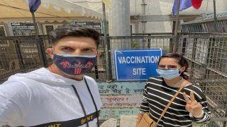 सरकारी स्कूल में Ishant Sharma ने लगवाई वैक्सीन, दिल्ली के उपमुख्यमंत्री Manish Sisodia बोले- थैंक्यू