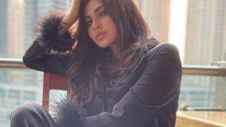 Dubai में खुले आसमां के नीचे पोज़ देती नज़र आईं Mouni Roy, काले कपड़ों में 'नागिन' ने दिल पर चलाई छुरियां