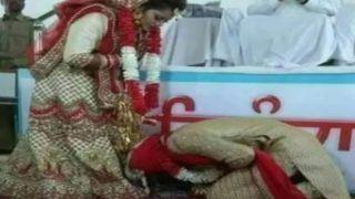 Dulha Viral: शादी के बाद दूल्हे ने छुए दुल्हन के पैर, कदमों में झुका दिया सिर, लोग पूछ रहे- क्या माजरा है भाई?