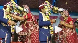 Viral Video: Wedding Garlands Entangle & Get Stuck on Groom's Head, Funny Jaimala Video Goes Viral   Watch
