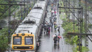 Mumbai Local Update Today: मुंबई में भारी बारिश के चलते दो दिन के लिए रेड अलर्ट जारी, जानिए क्या है लोकल ट्रेनों का हाल