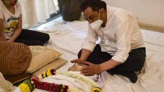 Dilip Kumar का पार्थिव शरीर देखकर रो पड़े धर्मेंन्द्र, सायरा ने कहा 'देखो साहब ने पलकें झपकाईं'
