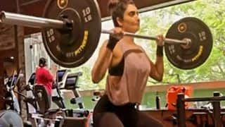 जिम में वेट उठाते ही बिगड़ा Karishma Tanna का बैलेंस, धड़ाम से गिरीं, देखें Video