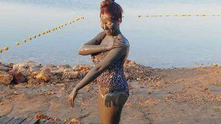 उर्वशी रौतेला के बाद अपने गोरे छरहरे बदन पर Munmun Dutta ने लेपा कीचड़, जेठालाल ने पकड़ा सिर