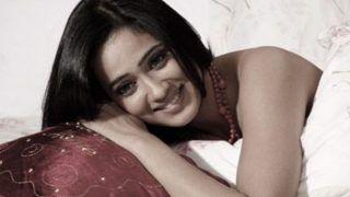 Shweta Tiwari ने शेयर कर दी बेडरूम वाली Photos, जालीदार टी-शर्ट में हुस्न का कहर...!