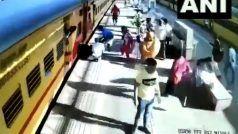 चलती ट्रेन में चढ़ने के दौरान ट्रैक और प्लेटफॉर्म के बीच गिरी महिला, Video में देखें कैसे बची जान