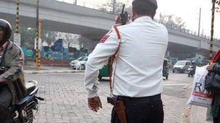 जान बचाने के लिए गुहार लगाता रहा ट्रैफिक पुलिसकर्मी, कार चालक ने एक किलोमीटर तक बोनट पर घसीटा, फिर..