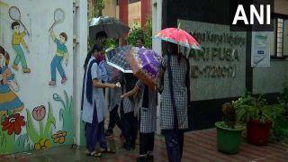 SchoolsReopen: दिल्ली में आज से खुल गए स्कूल, छाता लगाकर पहुंचे छात्र, कहा-हमें इस दिन का कब से था इंतजार