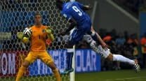 Mario Balotelli helps Italy sink England 2-1